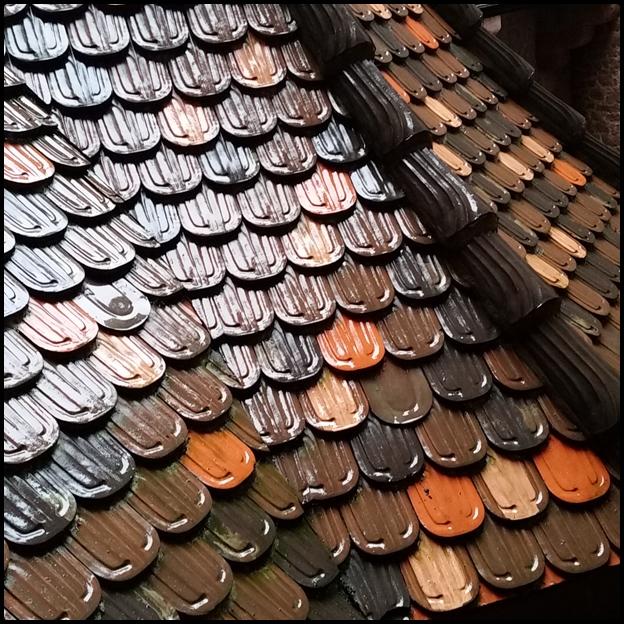 La pluie jouent avec les couleurs des tuiles...De quoi s'inspirer pour un futur quilt...